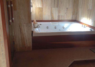Baño de granito con jacuzzi