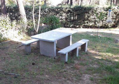 Banco y mesa exterior de granito