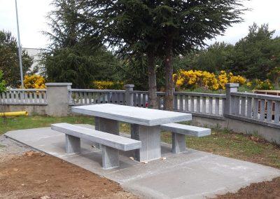 Banco y mesa en exteriro de granito