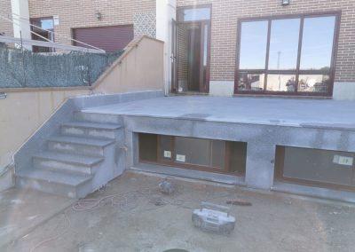 Terraza de suelo de granito con escalera